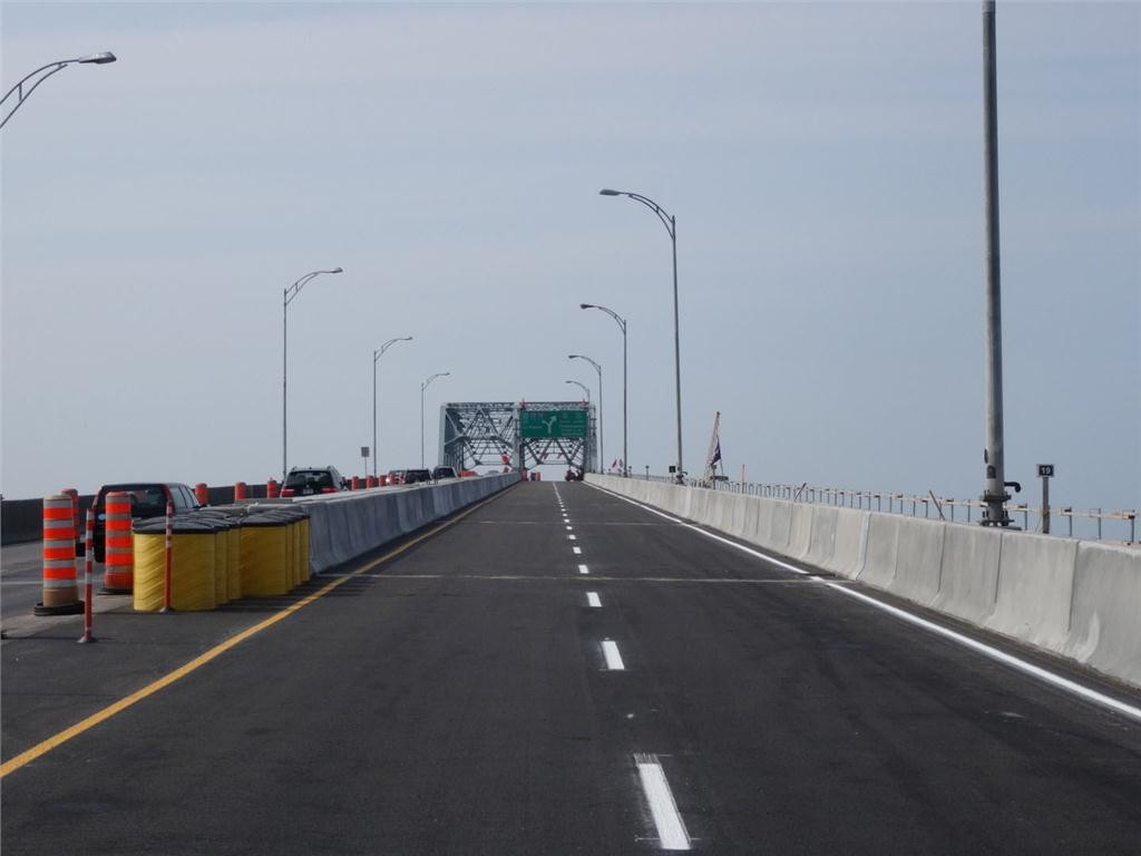 New prefabricated concrete deck slabs on the Honor-Mercier Bridge at the end of work, August 11, 2014. (CNW Group/The Jacques Cartier and Champlain Bridges Incorporated).