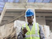 construction_worker_phone_job_site