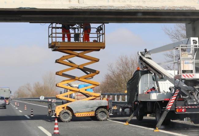 bridge_repair_worker_overpass_scissor_lift